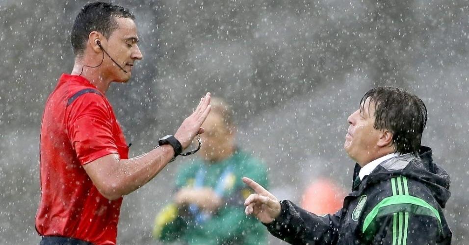 Miguel Herrera, técnico do México, se revolta com o árbitro durante jogo contra Camarões