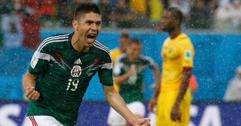 Oribe Peralta comemora após abrir o placar para o México contra Camarões