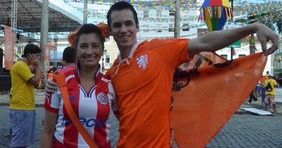 13.jun.2014 - Paraguaia e holandês se divertem nas ruas de Salvador antes da partida entre Holanda e Espanha na Copa do Mundo