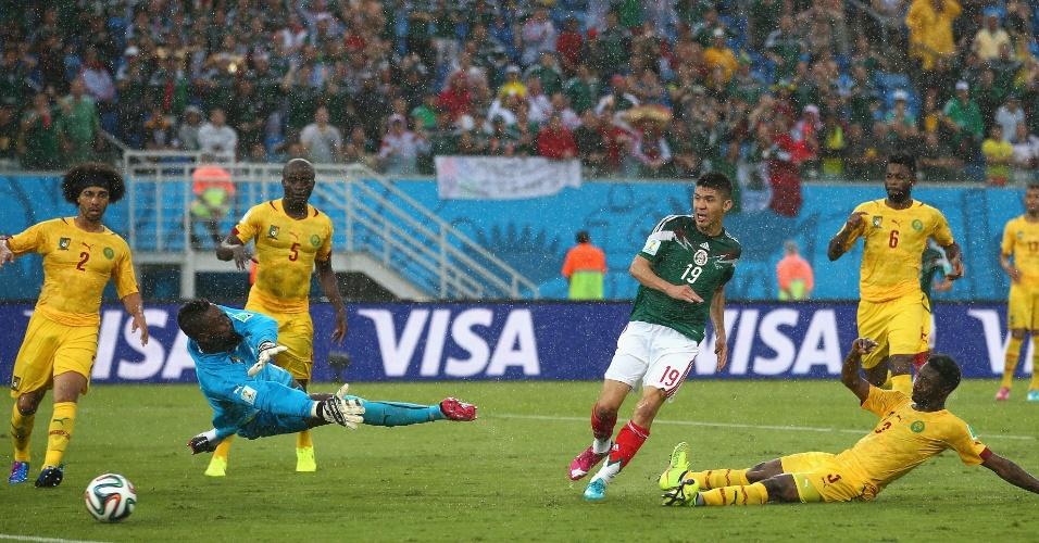 Peralta assiste à bola entrar no gol de Camarões, no lance que deu a vitória ao México