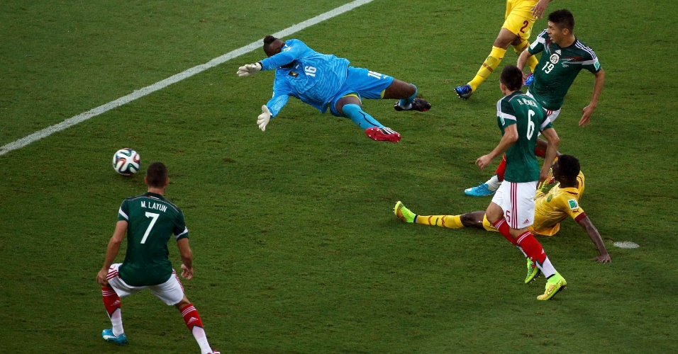 Peralta chuta para marcar o gol da vitória do México sobre Camarões