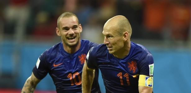 13.jun.2014 - Robben comemora com Sneijder após marcar na goleada da Holanda sobre a Espanha por 5 a 1