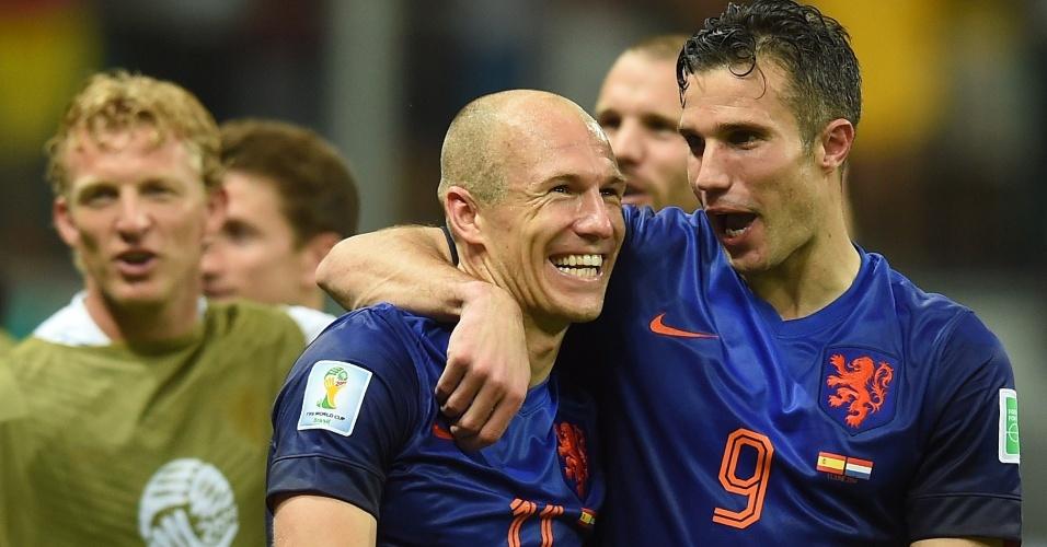 Robben e Van Persie, os dois maiores responsáveis pelo massacre holandês, cada um com dois gols, festejam a vitória ao final do jogo
