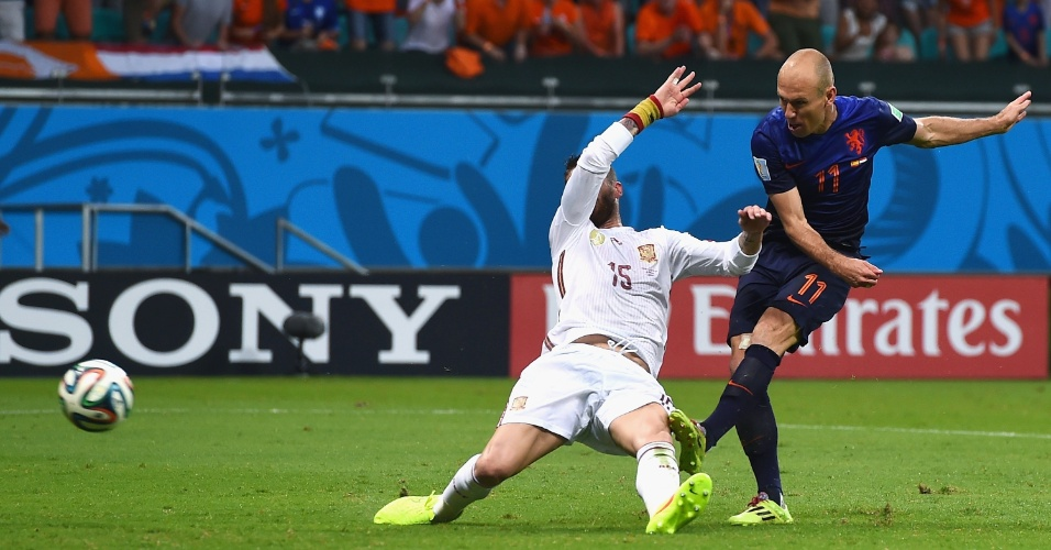 13.jun.2014 - Robben escapa da marcação, finaliza e vira o jogo para a Holanda contra a Espanha, na Fonte Nova