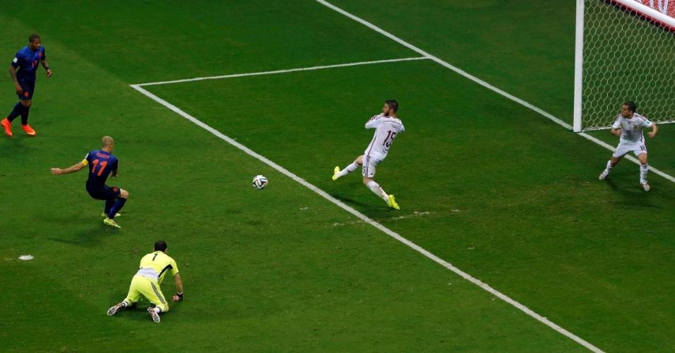 Robben finaliza para marcar segundo gol holandês
