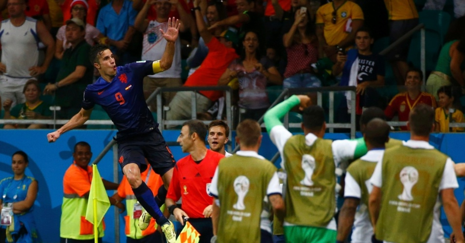 13.jun.2014 - Robin van Persie comemora com companheiros de Holanda após marcar na vitória sobre a Espanha por 5 a 1