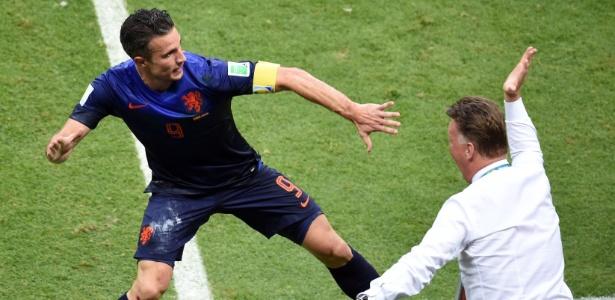 Louis Van Gaal espera que os mais experientes ajudem para manter pés no chão da seleção