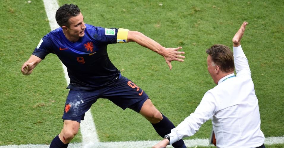 13.jun.2014 - Robin van Persie comemora com o técnico Louis van Gaal depois de empatar o jogo para a Holanda contra a Espanha