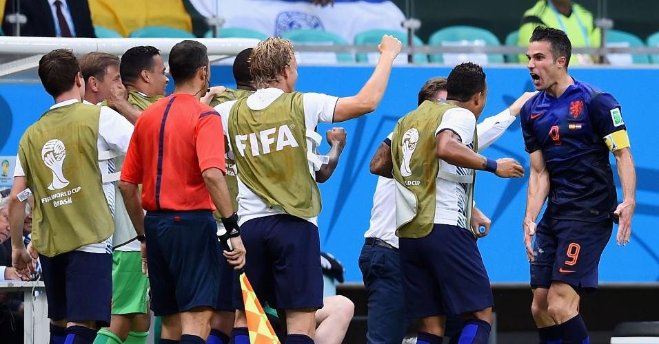 13.jun.2014 - Robin van Persie comemora com seus companheiros após marcar para a Holanda contra a Espanha