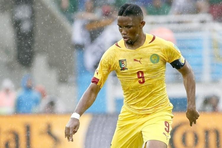Samuel Eto'o controla a bola na partida de estreia de Camarões na Copa do Mundo contra o México