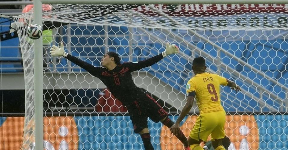 Samuel Eto'o finaliza e acerta a trave durante jogo entre México e Camarões