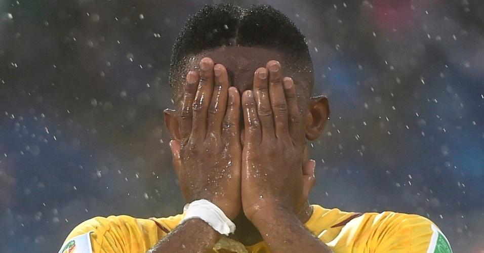 Samuel Eto'o lamenta-se após desperdiçar uma das raras chances de gol de Camarões na derrota para o México