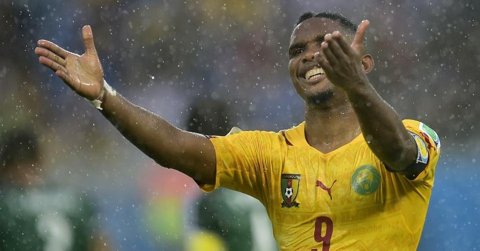Samuel Eto'o reclama durante jogo entre Camarões e México