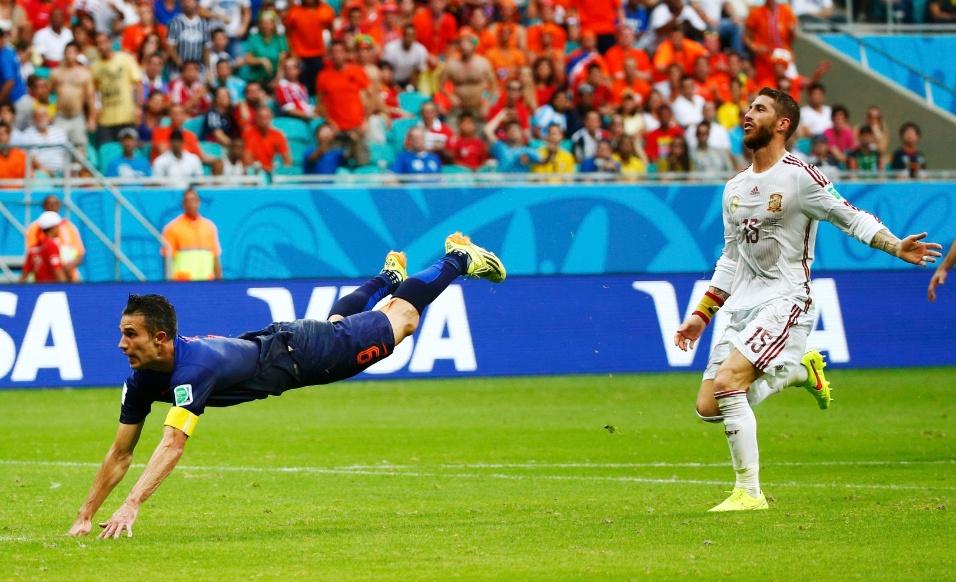 13.jun.2014 - Sergio Ramos observa cabeceio de Van Persie, que encobriu Casillas e igualou o placar no jogo entre Espanha e Holanda
