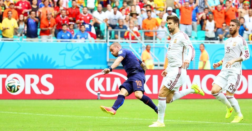 13.jun.2014 - Sneijder carrega a bola e finaliza para a defesa do goleiros Casillas, que mantém o 0 a 0 no placar