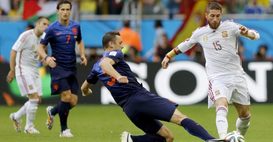 13.jun.2014 - Stefan de Vrij, da Holanda, divide a bola com o espanhol Sergio Ramos na partida disputada na Fonte Nova
