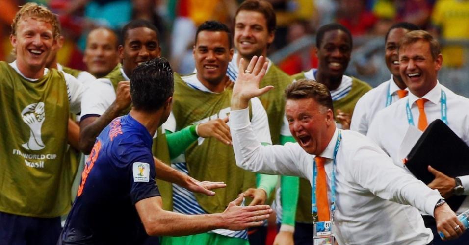 Técnico holandês, Louis van Gaal, festeja primeiro gol de Van Persie