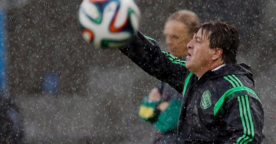 Técnico Miguel Herrera gesticula com seus jogadores durante jogo do México contra Camarões
