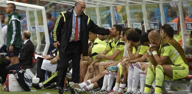 13.jun.2014 - Técnico Vicente Del Bosque consola os jogadores da Espanha após a derrota para a Holanda por 5 a 1