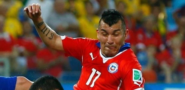 Zagueiro Gary Medel deixou o CT Toca da Raposa para realizar exames e preocupa a seleção chilena