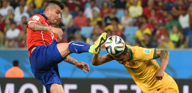 13.jun.2014 - Tim Cahill, da Austrália, divide a bola com o chileno Gary Medel, na Arena Pantanal