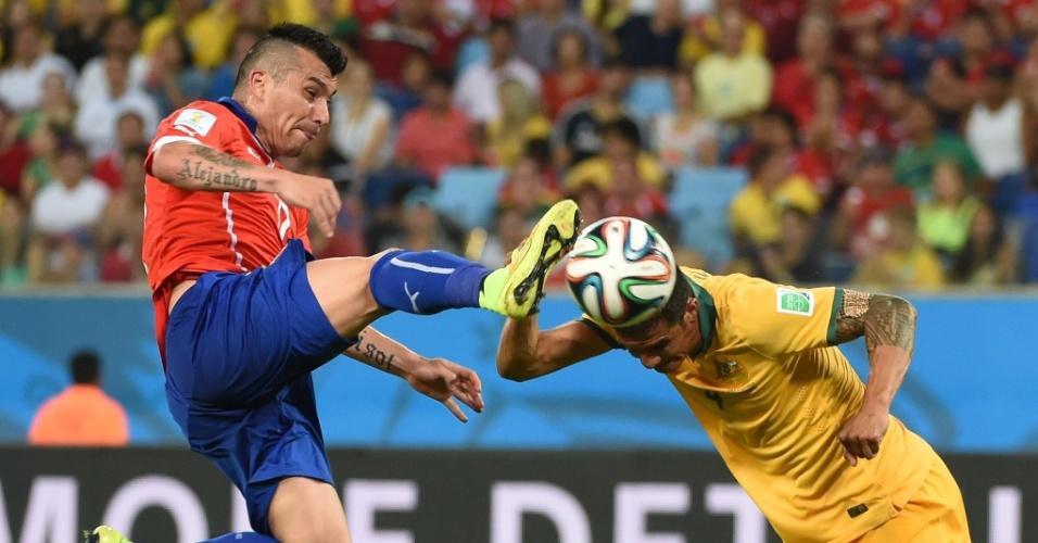 13.jun.2014 - Tim Cahill, da Austrália, divide a bola com o chileno Gary Medel. Os sul-americanos venceram por 3 a 1 na Arena Pantanal
