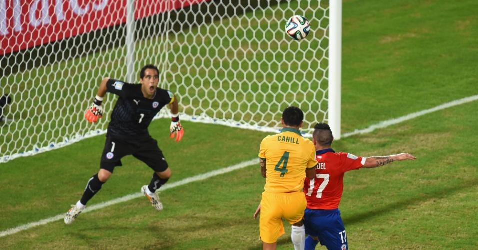 13.jun.2014 - Tim Cahill recebe cruzamento e desconta para a Austrália contra o Chile, na estreia das seleções na Copa