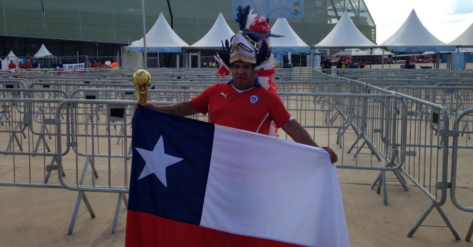 13.jun.2014 - Torcedor aguarda do lado de fora da Arena Pantanal o jogo entre Chile e Austrália, pelo grupo B