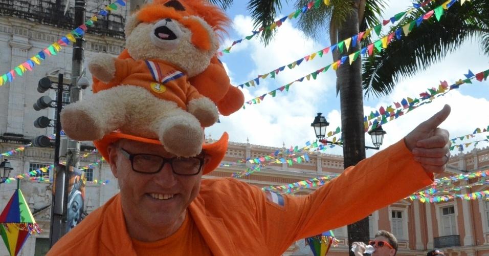 13.jun.2014 - Torcedor holandês se diverte antes da partida contra a Espanha pela Copa do Mundo