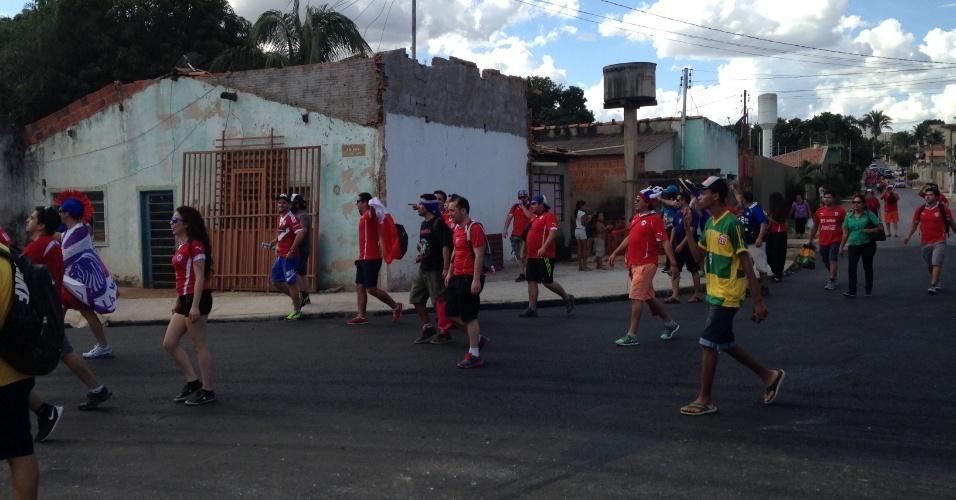 13.jun.2014 - Torcedores caminham rumo à Arena Pantanal para o jogo entre Chile e Austrália, pelo grupo B