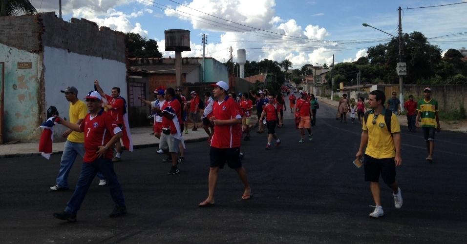 13.jun.2014 - Torcedores vão a pé para a Arena Pantanal, onde Chile e Austrália se enfrentam pela primeira rodada da Copa do Mundo