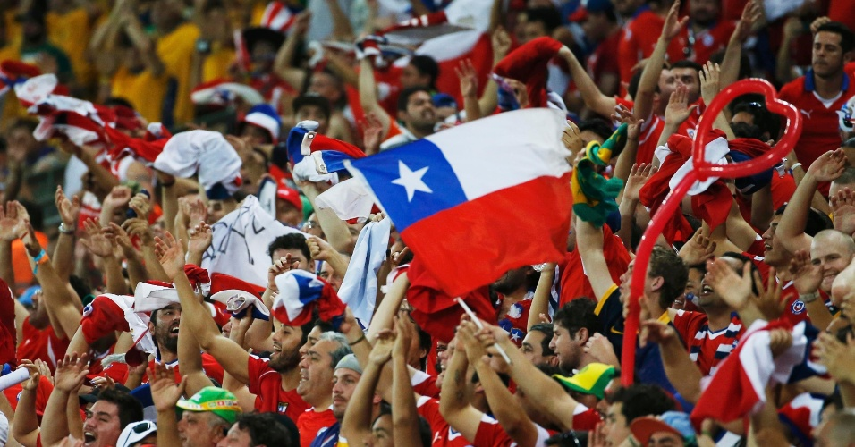 13.jun.2014 - Torcedores chilenos fazem a festa na vitória da seleção sobre a Austrália por 3 a 1, na Arena Pantanal