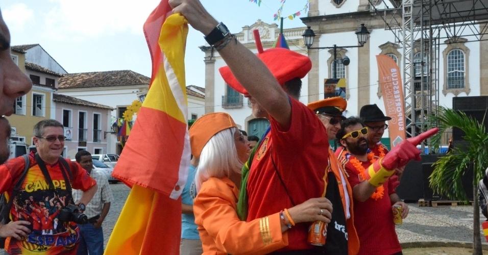13.jun.2014 - Torcedores confraternizam antes do duelo entre Holanda e Espanha, em Salvador, pela Copa do Mundo