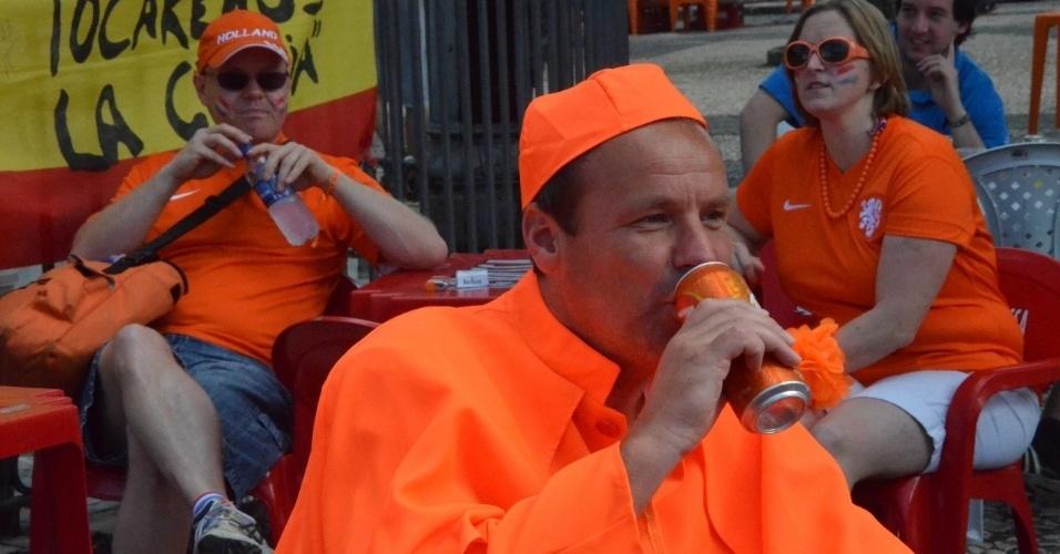13.jun.2014 - Torcedores confraternizam e consomem bebida alcoólica antes do duelo entre Holanda e Espanha, em Salvador, pela Copa do Mundo