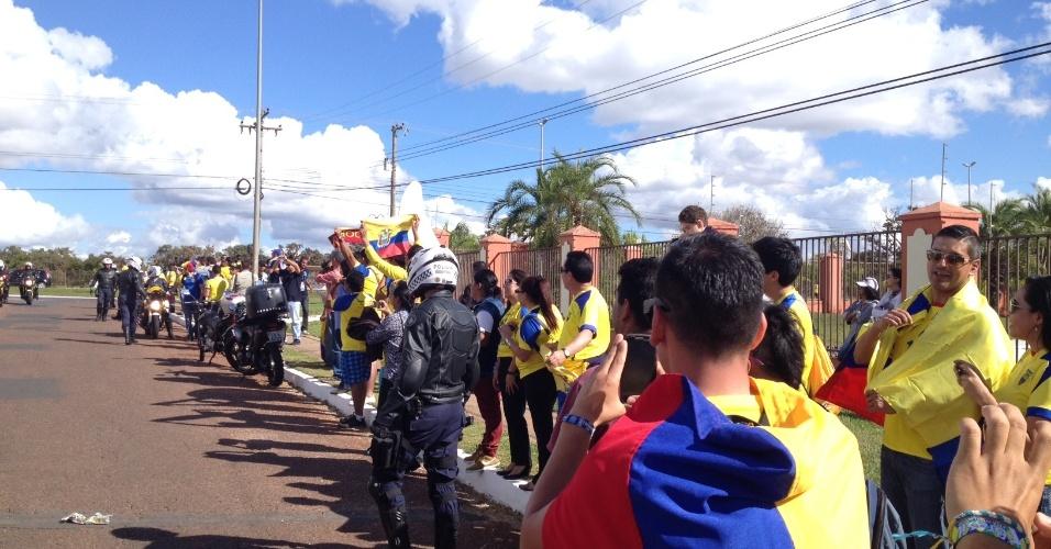 Torcedores do Equador apoiam seleção na chegada em hotel, em Brasília