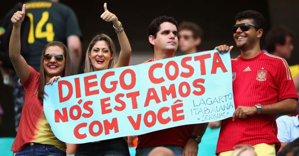 13.jun.2014 - Torcedores exibem faixa de apoio a Diego Costa. Jogador está escalado no time titular da Espanha