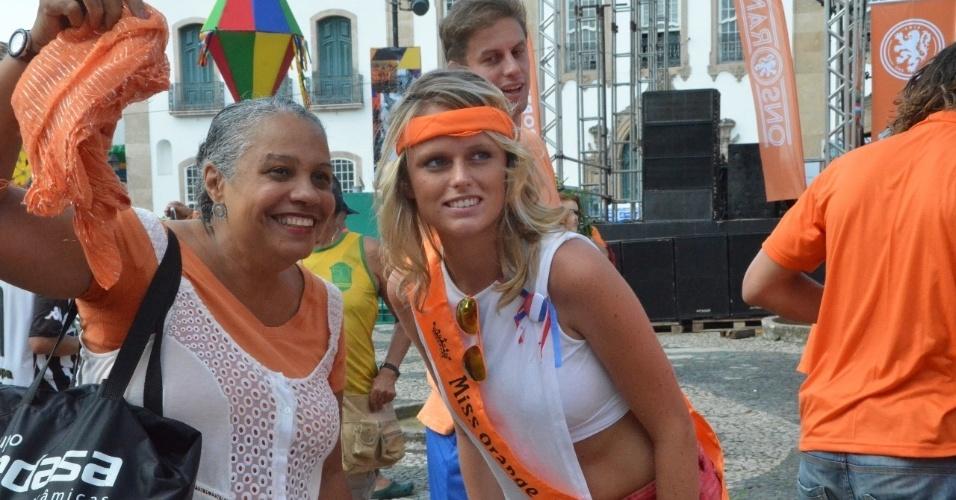 13.jun.2014 - Torcedoras holandesas posam para foto algumas horas antes da partida contra a Espanha, em Salvador, na estreia dos times na Copa do Mundo