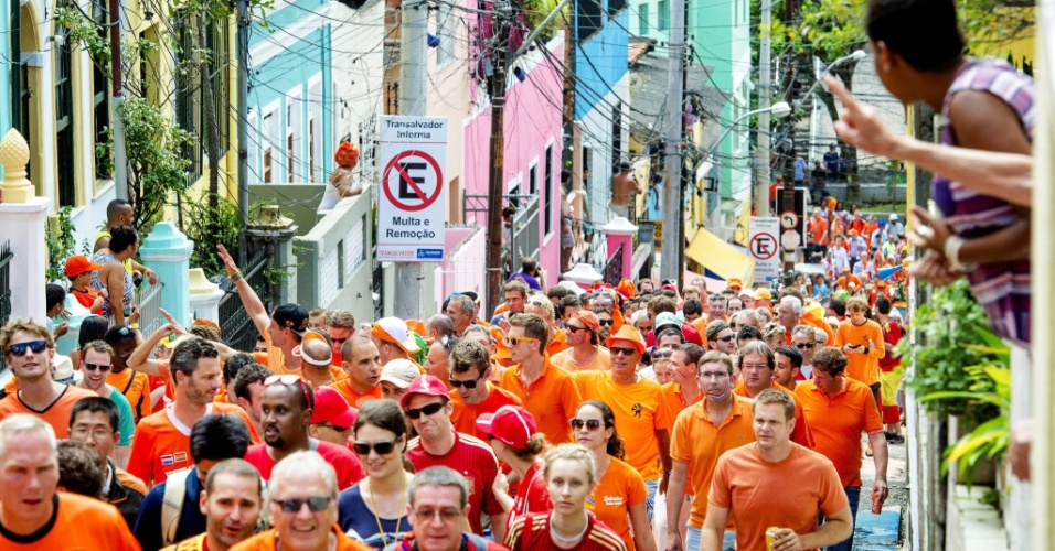13.jun.2014 - Torcida da Holanda tomou conta das ruas do Centro de Salvador