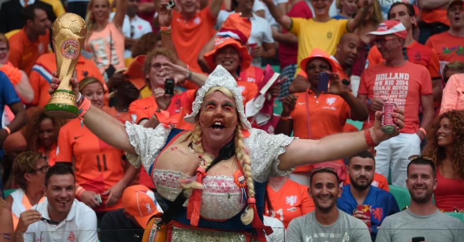 13.jun.2014 - Torcedora da Holanda vai à Fonte Nova fantasiada para assistir à partida contra a Espanha