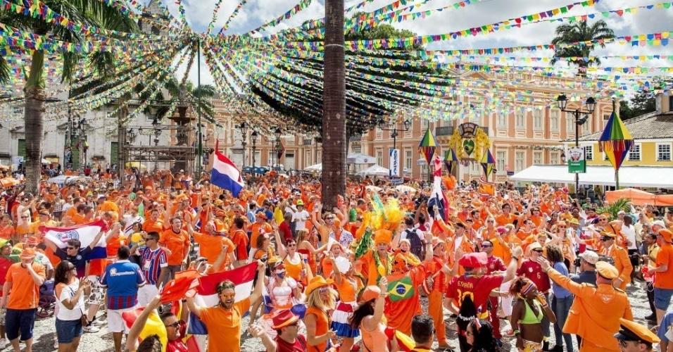 13.jun.2014 - Torcida holandesa deixa Salvador toda laranja em festa antes da partida entre Espanha e Holanda, na Arena Fonte Nova