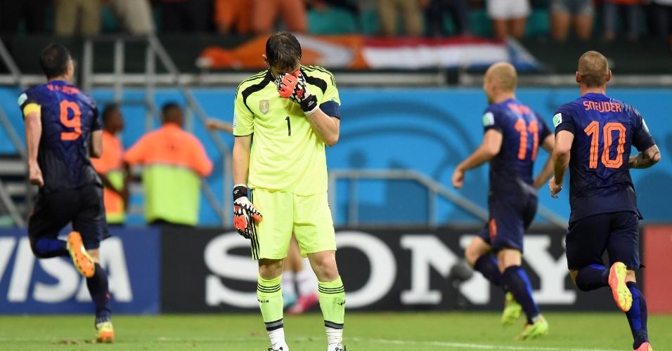 13.jun.2014 - Tristeza de Casillas contrasta com a alegria dos jogadores da Holanda, que venceu a partida por 5 a 1