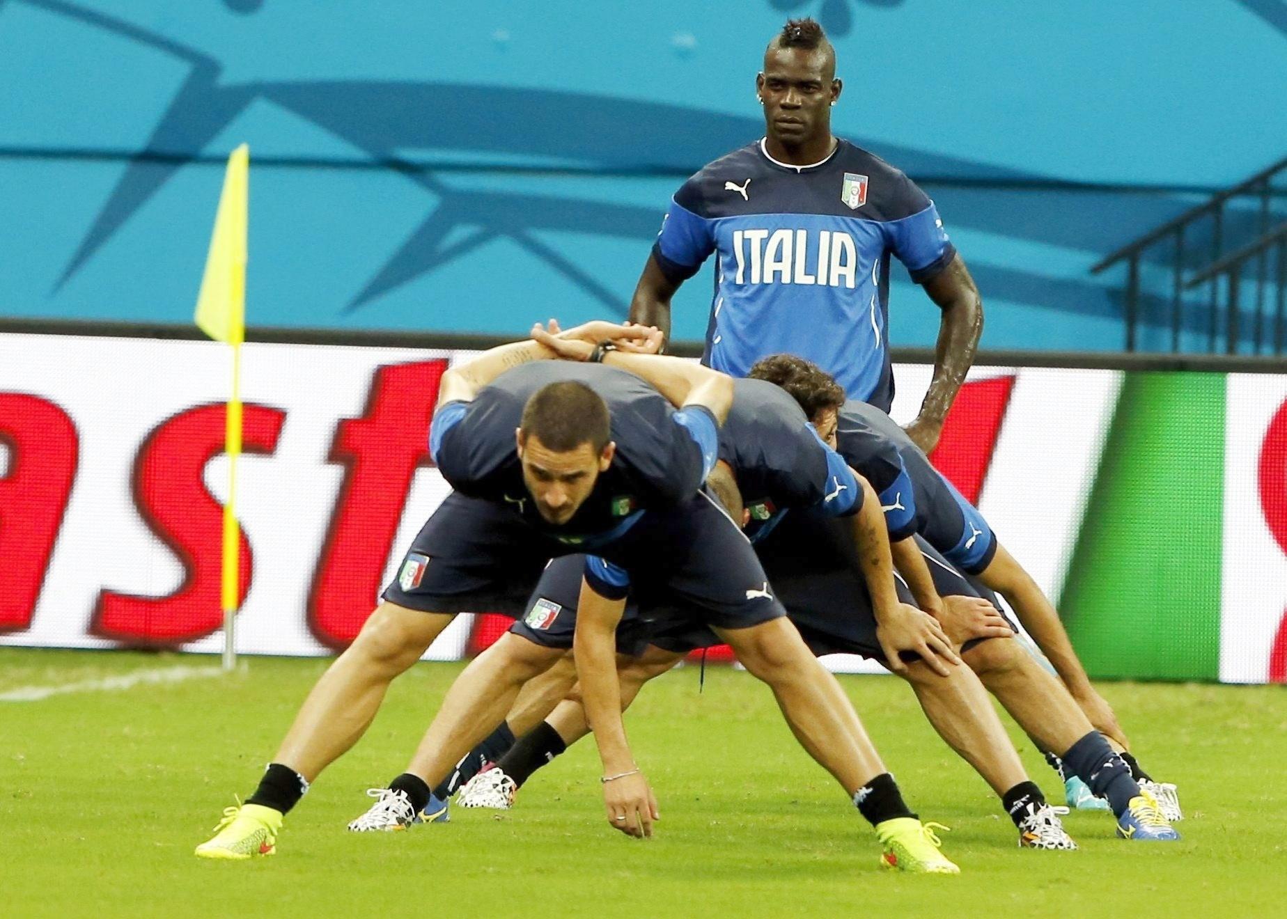 Último da fila em treinamento, Mario Balotelli deixa companheiros de Itália em atividade. A Itália estreia neste sábado, contra a Inglaterra