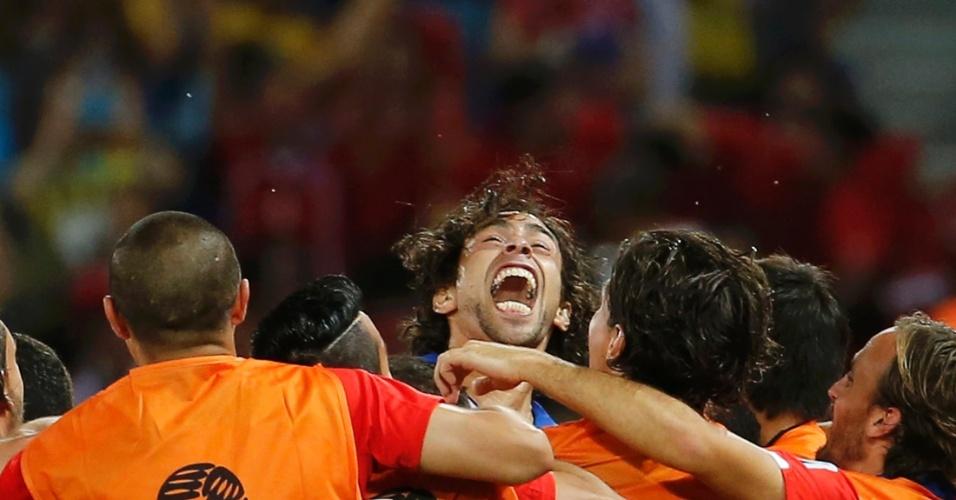 13.jun.2014 - Valdivia comemora com seus companheiros após marcar o segundo do Chile contra a Austrália