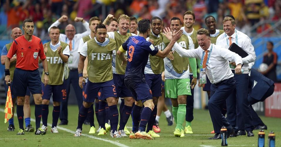 13.jun.2014 - Van Persie e o técnico Louis van Gaal comemoram junto com os reservas da Holanda o empate contra a Espanha