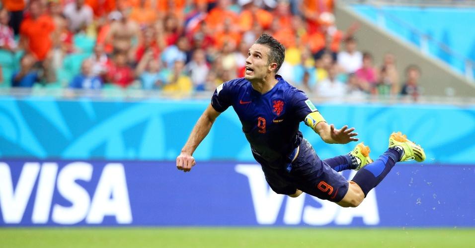 13.jun.2014 - Van Persie pula antes de acertar belo cabeceio para começar a reação holandesa contra a Espanha na vitória por 5 a 1