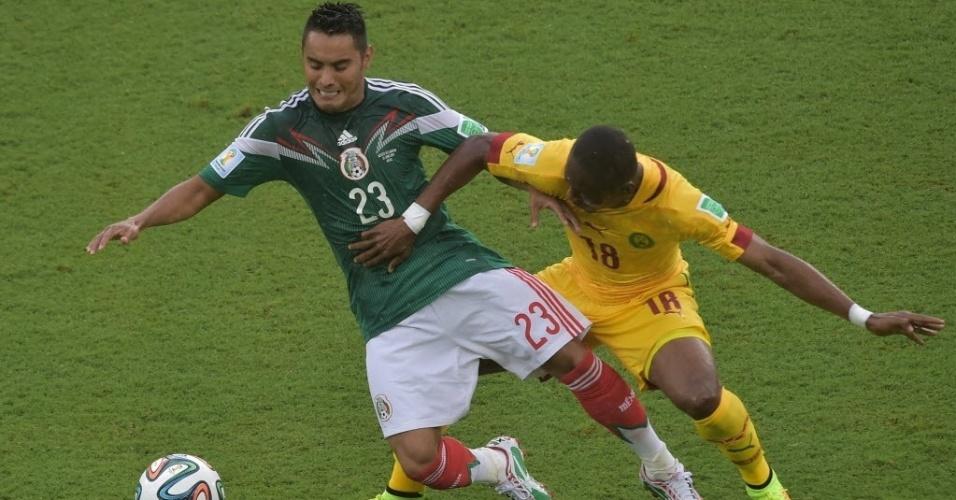 Vázquez (esq.) e Enoh disputam a bola na partida entre México e Camarões pela Copa do Mundo