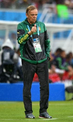 Volker Finke, técnico de Camarões, faz sinal de positivo durante jogo contra o México