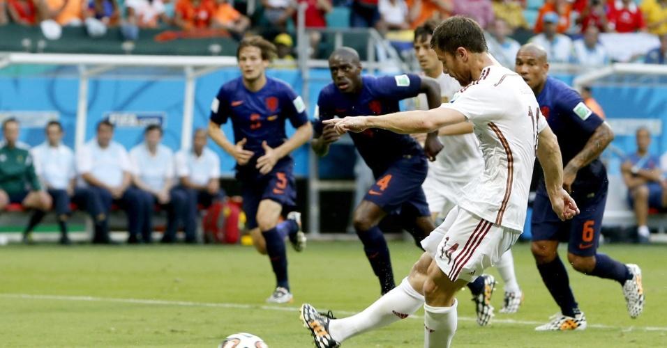 13.jun.2014 - Xabi Alonso cobra pênalti e coloca a Espanha na frente da Holanda, em jogo na Fonte Nova