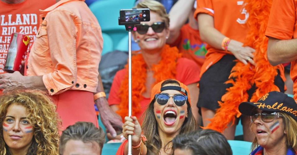 13.jun.2014 - Yolanthe Sneijder, mulher do holandês Sneijder, vai à Fonte Nova e faz a festa na vitória sobre a Espanha por 5 a 1