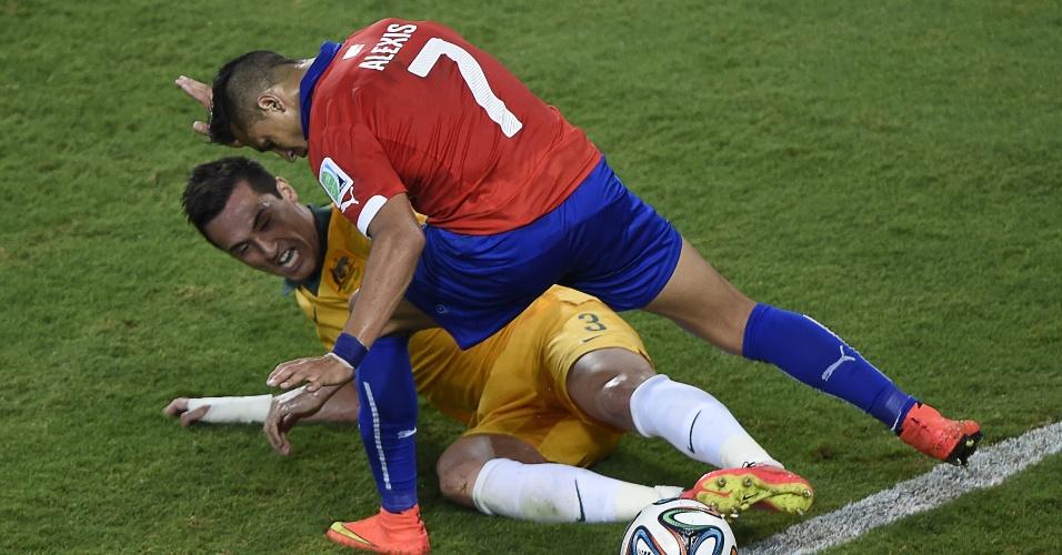 13.jun.2014 - Zagueiro australiano Jason Davidson tenta impedir a passagem de Alexis Sanchez, na vitória do Chile por 3 a 1